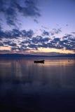 Por do sol sobre um lago Imagens de Stock Royalty Free