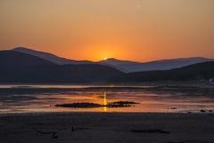 Por do sol sobre um lago Fotografia de Stock