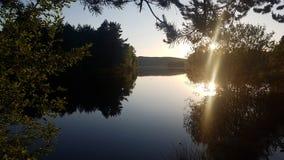 Por do sol sobre um lago Fotos de Stock Royalty Free