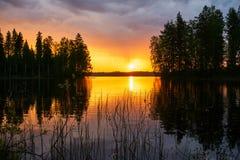 Por do sol sobre um lago finlandês imagem de stock royalty free