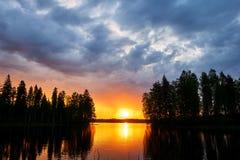 Por do sol sobre um lago finlandês fotografia de stock