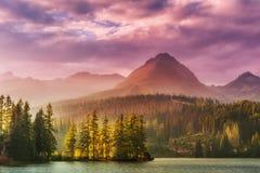 Por do sol sobre um lago nas montanhas altas Foto de Stock