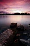 Por do sol sobre um lago sereno Fotografia de Stock Royalty Free