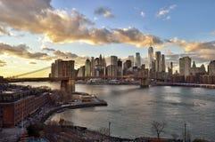 Por do sol sobre um Manhattan imagem de stock