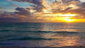 Por do sol sobre um mar tropical Conceito das férias de verão