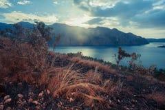 Por do sol sobre um monte em um clima tropical Fotografia de Stock Royalty Free