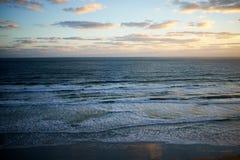 Por do sol sobre um oceano calmo em Florida, EUA fotografia de stock royalty free