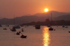 Por do sol sobre um porto pequeno Fotografia de Stock Royalty Free