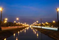 Por do sol sobre uma estrada de Utthayan da estrada e reflexão no rio foto de stock royalty free