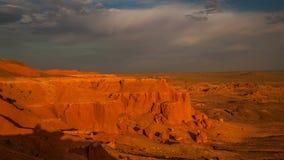 Por do sol sobre uma garganta com rochas vermelhas Vale do monumento, EUA filme