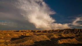 Por do sol sobre uma garganta com rochas vermelhas Vale do monumento, EUA video estoque