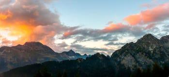 Por do sol sobre uma paisagem fantástica da montanha nos cumes suíços imagem de stock