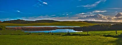 Por do sol sobre uma represa Fotografia de Stock Royalty Free