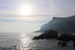Por do sol sobre a viagem do verão do mar para aquecer Crimeia foto de stock