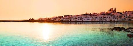 Por do sol sobre a vila de Naoussa Foto de Stock Royalty Free