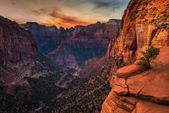 Por do sol sobre Zion National Park, Utá foto de stock royalty free