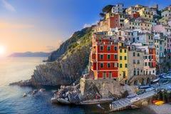 Por do sol sonhador em Riomaggiore, Cinque Terre National Park, Itália Fotografia de Stock