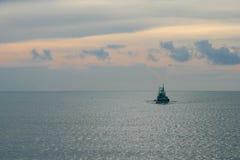 Por do sol sozinho do barco Imagem de Stock Royalty Free