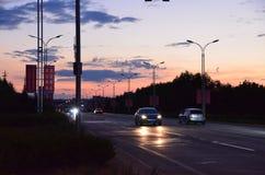 Por do sol do streetscape da cidade pequena fotos de stock