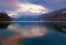 POR DO SOL SUÍÇO DO LAGO DAS MONTANHAS, SWITZERLAND Imagem de Stock Royalty Free