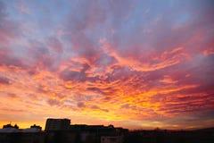 Por do sol surpreendente da cidade Fotos de Stock