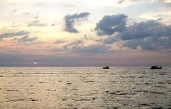 Por do sol surpreendente e silhueta dos navios em uma ilha tropical fotografia de stock