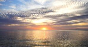 Por do sol surpreendente e silhueta dos navios em uma ilha tropical fotografia de stock royalty free