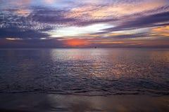 Por do sol surpreendente e silhueta dos navios em uma ilha tropical foto de stock