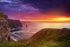 Por do sol surpreendente em penhascos de Moher Fotos de Stock