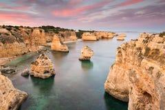Por do sol surpreendente na praia de Marinha no Algarve, Portugal Paisagem com cores fortes de um dos destinos principais do feri fotos de stock