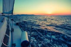 Por do sol surpreendente no mar em um iate da navigação nave fotos de stock royalty free