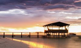 Por do sol surpreendente sobre o mar tropical Foto de Stock Royalty Free