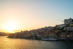Por do sol surpreendente sobre a skyline velha da cidade de Porto no rio de Douro, Portugal Fotos de Stock