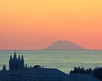 Por do sol surpreendente sobre Stromboli imagem de stock