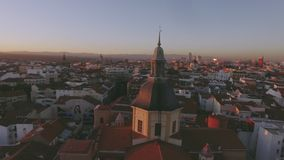 Por do sol surpreendente sobre telhados de telha vermelha da cidade grande