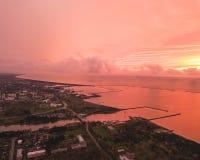 Por do sol surpreendentemente bonito em Liepaja Imagens de Stock