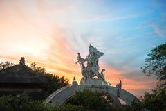 Por do sol do templo de Uluwatu fotos de stock royalty free