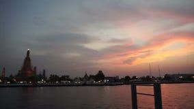 Por do sol, templo do alvorecer em Banguecoque, Tailândia, Chao Phraya River momento crepuscular da skyline famosa filme