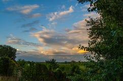 Por do sol tormentoso fotografia de stock