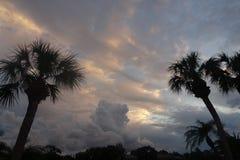 Por do sol tormentoso sobre o lago em Florida imagem de stock