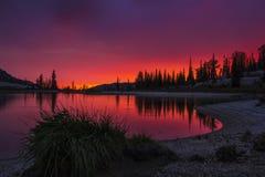 Por do sol transversal do lago Foto de Stock