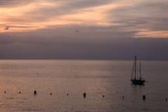 Por do sol tropical do mar imagens de stock royalty free