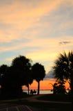 Por do sol tropical vívido com pares Imagens de Stock