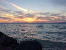 Por do sol por um lago fotografia de stock royalty free