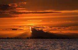 Por do sol um mar Fotos de Stock
