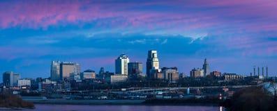 Por do sol urbano do centro da skyline de Kansas City Imagem de Stock