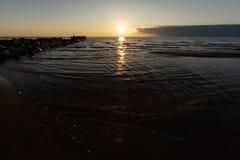 Por do sol vívido com o sol muito baixo no mar Báltico - cores vermelhas - Tuja, Letónia - 13 de abril de 2019 foto de stock