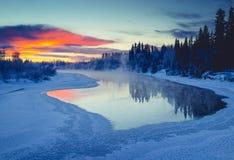 Por do sol vívido sobre o rio de Chena em Alaska imagem de stock royalty free