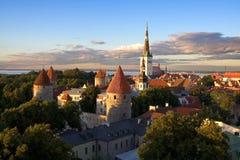 Por do sol velho da cidade de Tallinn Fotos de Stock Royalty Free