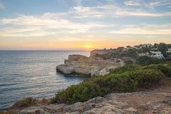 Por do sol do verão por Algar Seco no Algarve, Portugal fotografia de stock royalty free